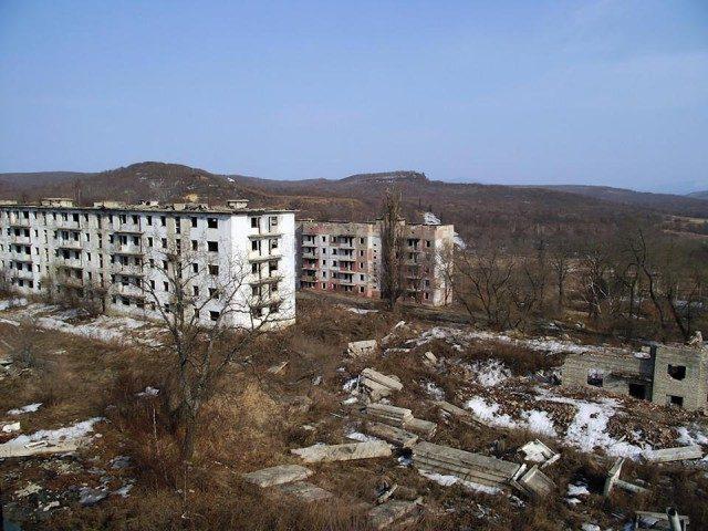 Мужчина один живёт в заброшенном военном городке
