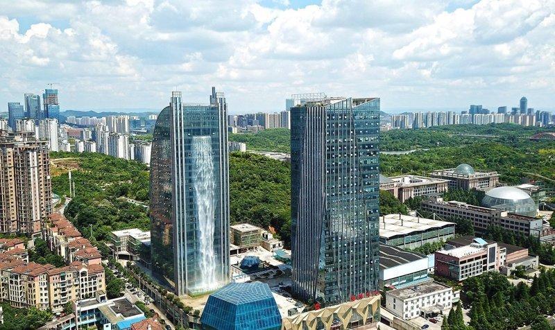 В Китае построили небоскреб с водопадом
