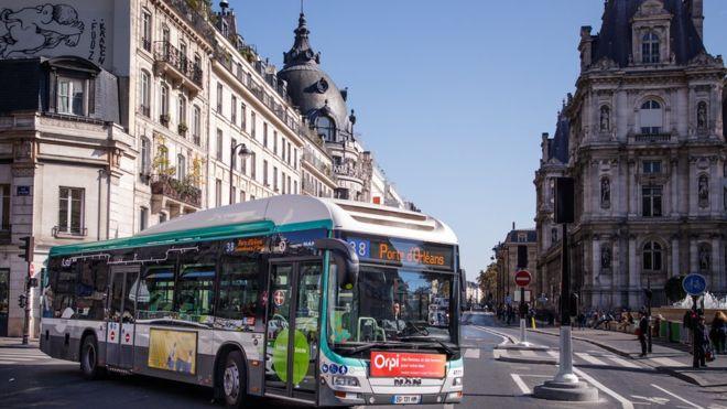 В Париже водитель высадил весь автобус, чтобы дать место инвалиду