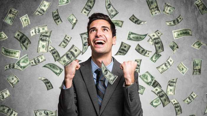 В Гонконге миллионера арестовали за то, что он сбросил с крыши $12,8 м