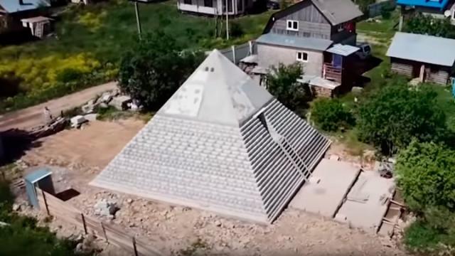 Супруги из России построили копию Пирамиды Хеопса