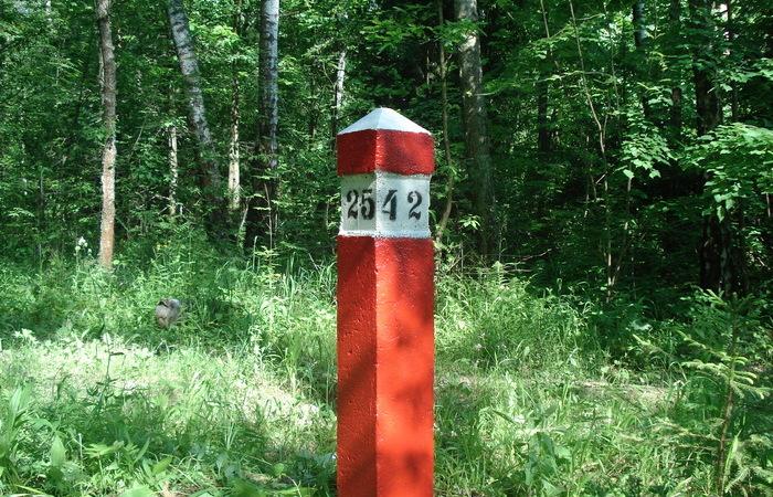 Зачем посреди леса ставят красные столбы